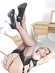 Fully fashioned leggy nylons milf