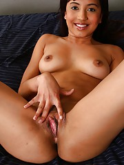 Teen sweetheart plays with cooter in her bed