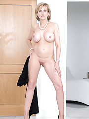 Stunning body milf naked in heels