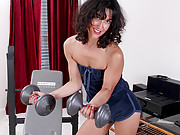 Naghty cougar masturbates after her intense workout