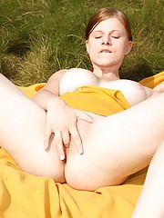 A smoking hot babe loves pleasuring herself