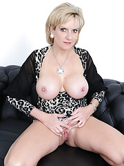 Mature sonia spreads her pussy lips