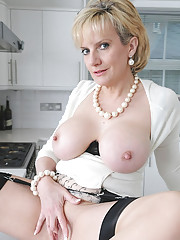 Cunt fingering glamorous mature mom