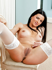 Anilos Sienna Richardson shows off her bald cougar pussy