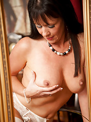 Anilos Elise Summers fondles her full natural tits