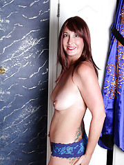 Anilos Lily spreads her wet pussy lips in the tub
