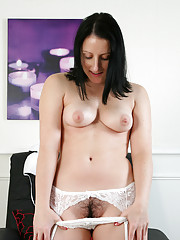 Sexy Anilos Amber Lustfull spreads her cougar pussy lips