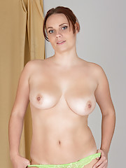 Brunette milf Leyla exposes her curvaceous nude cougar bod