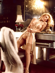 When Canadian model Shannon Tweed struck some stunning, athletic poses for her Playmate of the Year photo shoot, she was on a special set designed to look like her dream apartment. Strutting around the perfect pad, c�