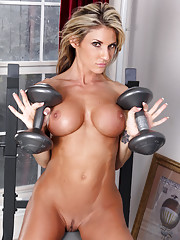 Weightlifter milf babe toning her hot body