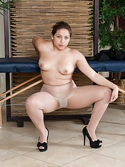 Daisy Leon massages her hairy pussy