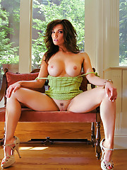 Spring has sprung for Nicole Ferreira and her sex appeal is in full bloom.�