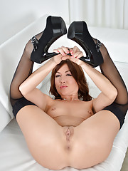 Naughty mature babe reveals her well rounded Anilos ass on the couch