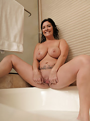Sexy mommy gets horny during her afternoon soak in the bath