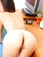 Asian sweetheart shows cunt