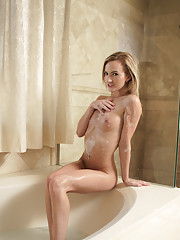 Horny blonde hottie plays with her juicy pussy in a bubble bath